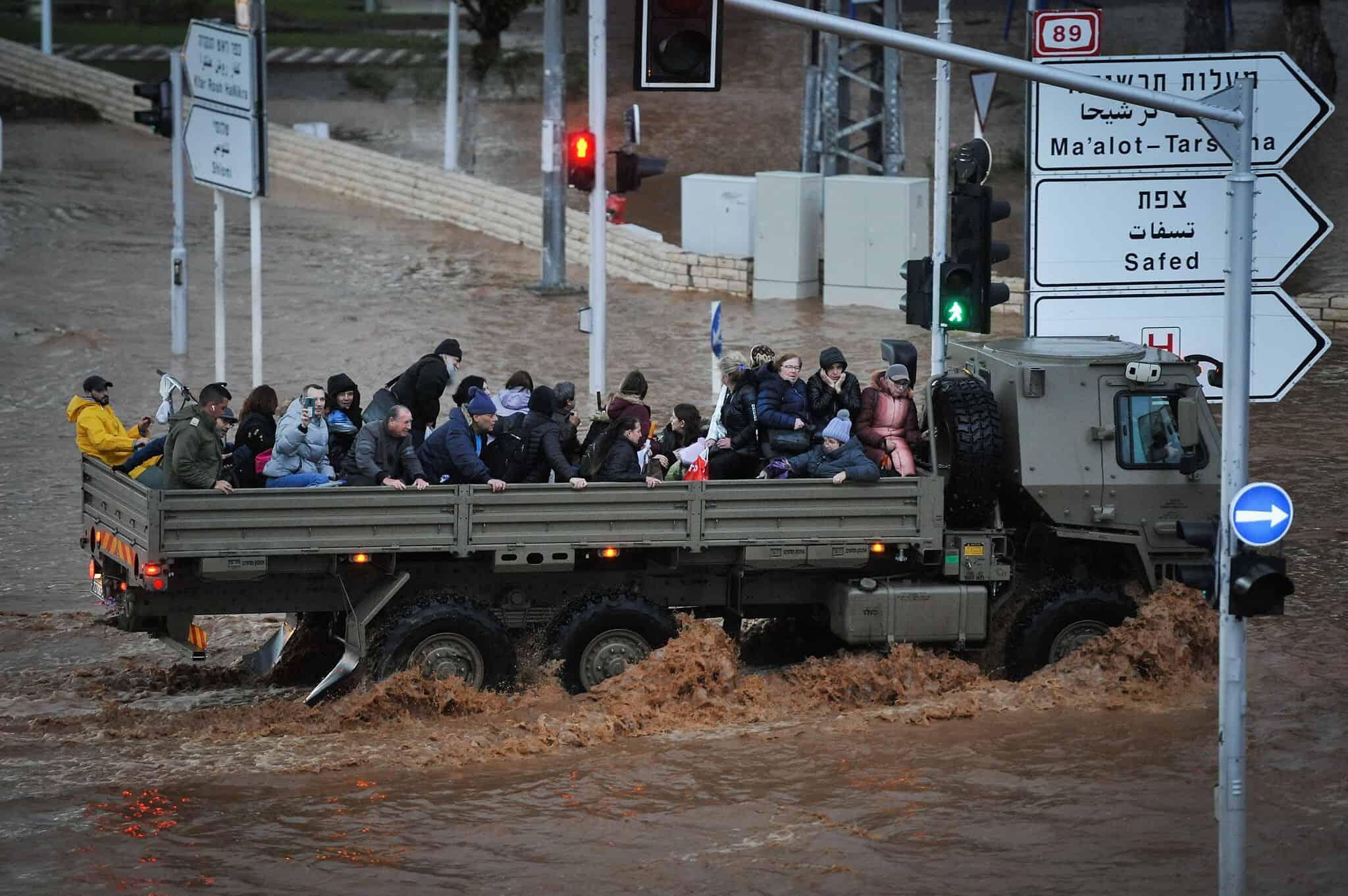 משאית צבאית מפנה תושבים מנהריה בגלל ההצפות. ינואר 2020 (צילום: Meir Vaknin/Flash90)