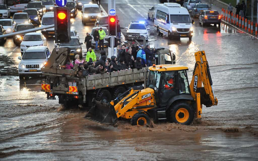 טרקטור מפנה תושבים שנתקעו בשטפונות בנהריה. 8 בינואר 2020 (צילום: Meir Vaknin/Flash90)