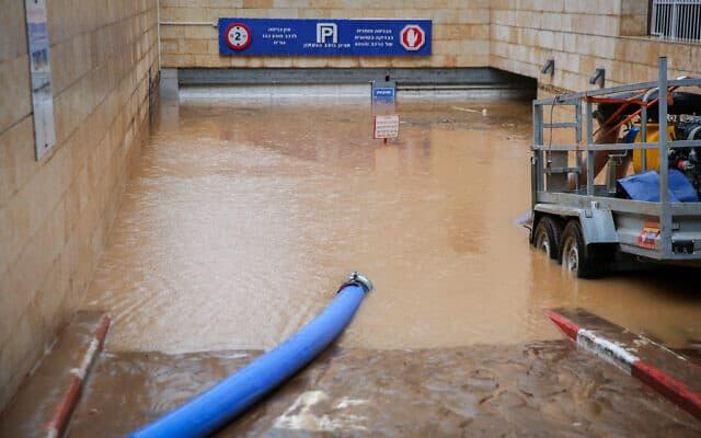 מאמצים לרוקן את המים מחניון בנהריה הוצף עד גדותיו. 9 בינואר 2019 (צילום: David Cohen/Flash90)