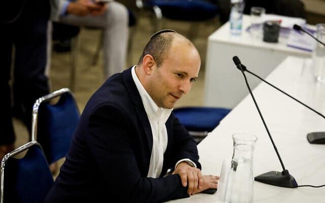 נפתלי בנט מגיש לוועדת הבחירות המרכזית את רשימת ימינה לכנסת ה-23 (צילום: Olivier Fitoussi/Flash90)