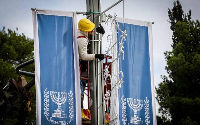תליית דגלים בירושלים (צילום: יונתן זינדל, פלאש 90)