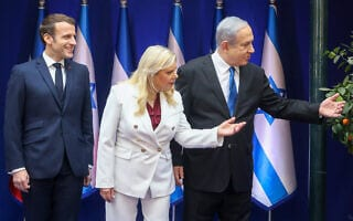 בנימין ושרה נתניהו ועמנואל מקרון בפסגת המנהיגים לרגל יום השואה הבינלאומי (צילום: Marc Israel Sellem-POOL)