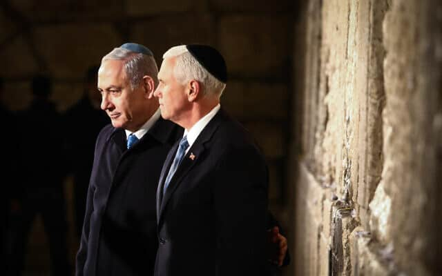 מייק פנס (מימין) ובנימין נתניהו בכותל המערבי בירושלים (צילום: שלומי כהן, פלאש 90)