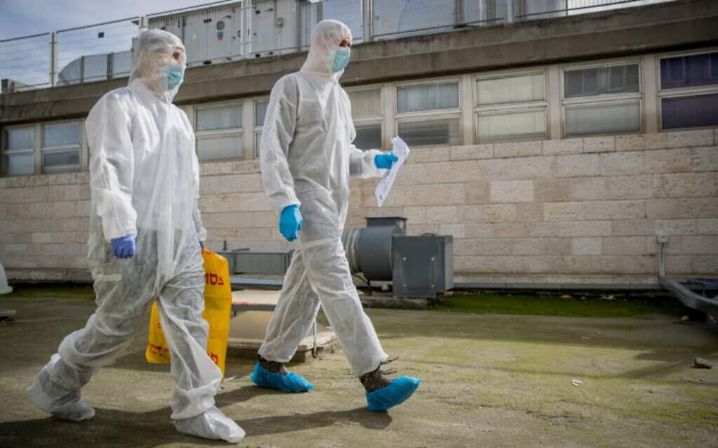 אנשי צוות בבית החולים שערי צדק, שהתמגנו מחשש שאחד החולים נושא את נגיף הקורונה, 27 בינואר 2020 (צילום: יונתן זינדל, פלאש 90)