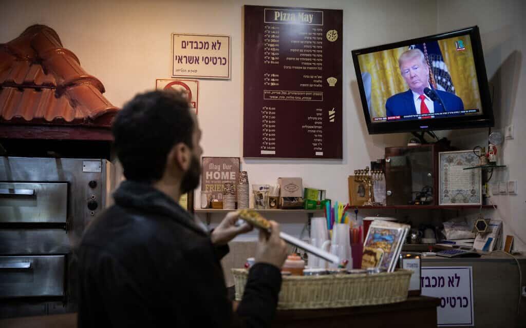 פיצה מול הכרזת תכנית המאה בירושלים (צילום: Hadas Parush/Flash90)