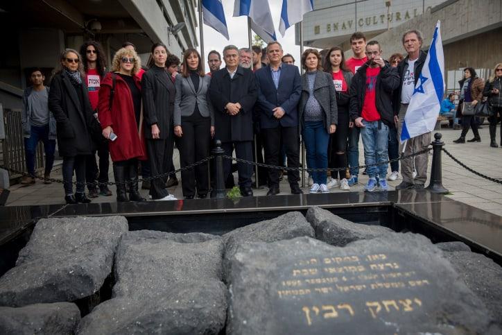 חברי העבודה-גשר-מרצ באנדרטה לזכר יצחק רבין בתל אביב, היום (צילום: מרים אלסטר, פלאש 90)