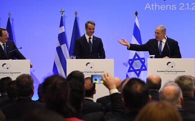 """בנימין נתניהו בחתימה על הסכם צינור הגז, עם ראש ממשלת יוון קיריאקוס מיצוטקיס ונשיא קפריסין ניקוס אנסטסיאדיס, באתונה. (צילום: חיים צח/לע""""מ)"""