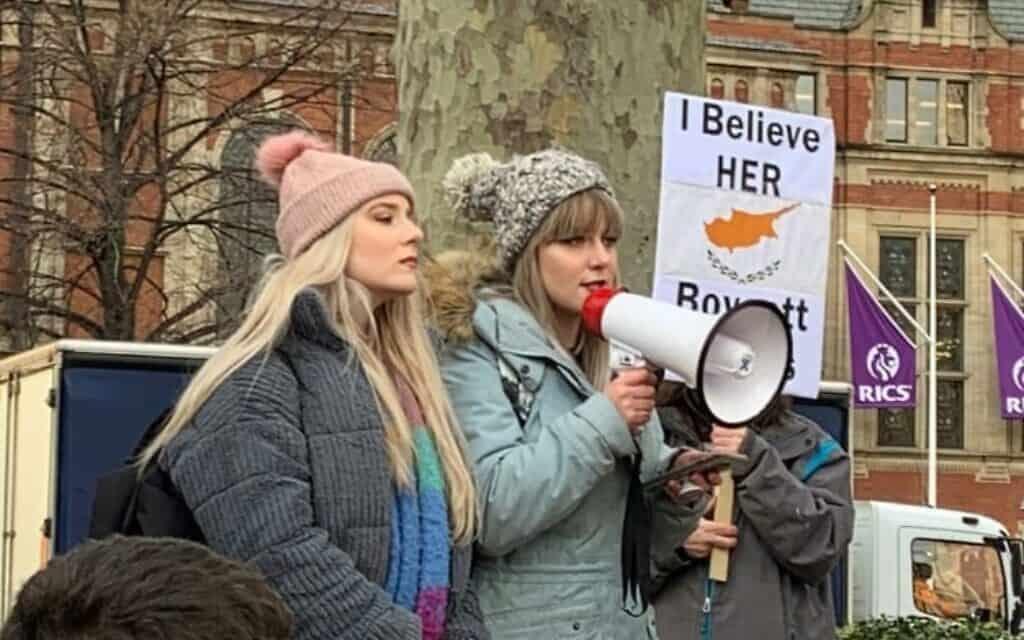 האחיות לוסי ווריטי נביט בהפגנת תמיכה בנערה הבריטית שהורשעה בקפריסין במתן עדות שקר. וריטי במעיל תכלת (צילום: מרק קריסון)