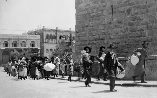 יהודים בורחים מהעיר העתיקה בירושלים, אוגוסט 1929 (צילום: ספריית הקונגרס האמריקאי / נחלת הכל))