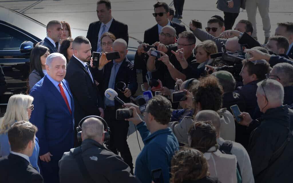 """בנימין נתניהו בשדה התעופה בן גוריון לפני ההמראה לוושינגטון.26 בינואר 2020 (צילום: קובי גדעון / לע""""מ)"""