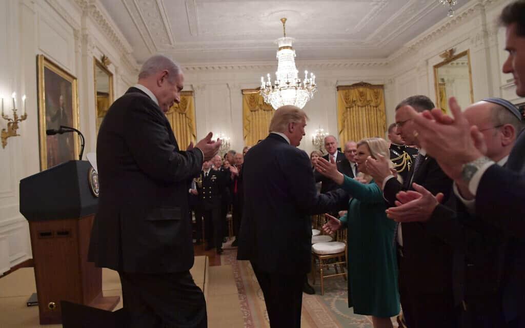 """שרה נתניהו לוחצת את ידו של נשיא ארצות הברית דונלד טראמפ באירוע הכרזת תוכנית המאה של הנשיא האמריקני בבית הלבן. 28 בינואר 2020 (צילום: קובי גדעון / לע""""מ)"""