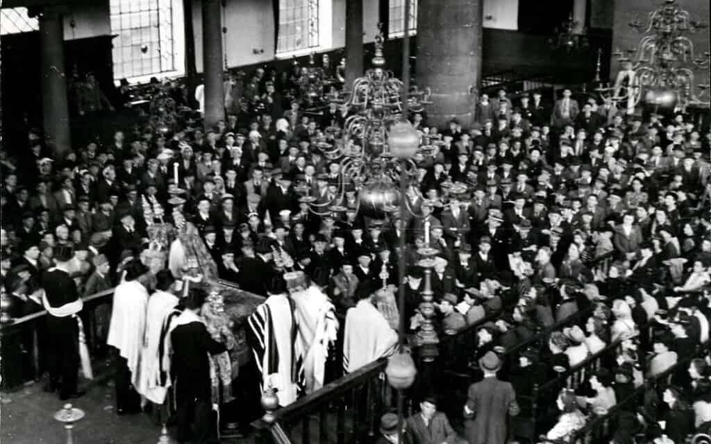 תמונה מפורסמת של תפילה ציבורית בבית הכנסת הפורטוגזי באמסטרדם ב-9 במאי 1945, בהשתתפותם של ניצולי שואה (צילום: רשות הציבור)