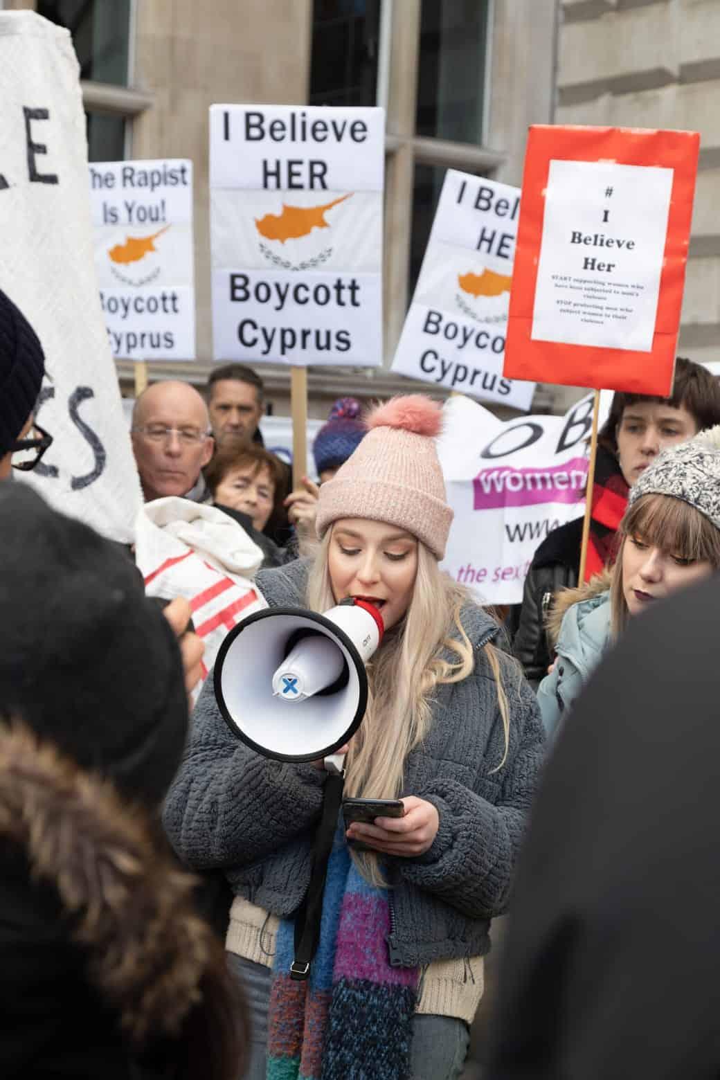 הפגנת תמיכה בלונדון בנערה הבריטית שהורשעה בקפריסין במתן עדות שקר