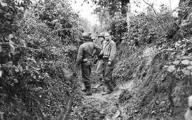 הנוף של אזור לה בוקאז' בנורמנדי התאפיין במשוכות שהקיפו שדות חקלאיים; צמחייה עצית שהייתה נטועה בתלי העפר בשולי כל שדה. הכוחות הגרמניים הפכו את המשוכות למבצרים טבעיים, והשתמשו בצמחייה הפראית כדי לטשטש את קווי האש שלהם ולהסוות את כוחות הארטילריה והצלפים (צילום: צבא ארצות הברית/סאמנר)