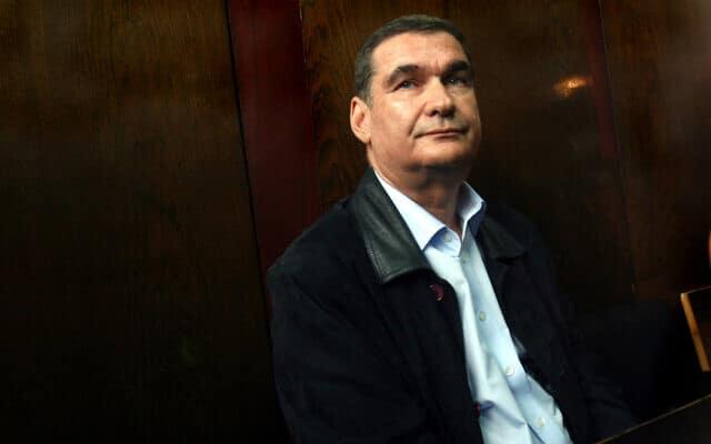 חיים רמון בבית המשפט ב-31 בינואר 2007, מורשע בעבירה של מעשה מגונה (צילום: Roni Schutzer /Flash90)