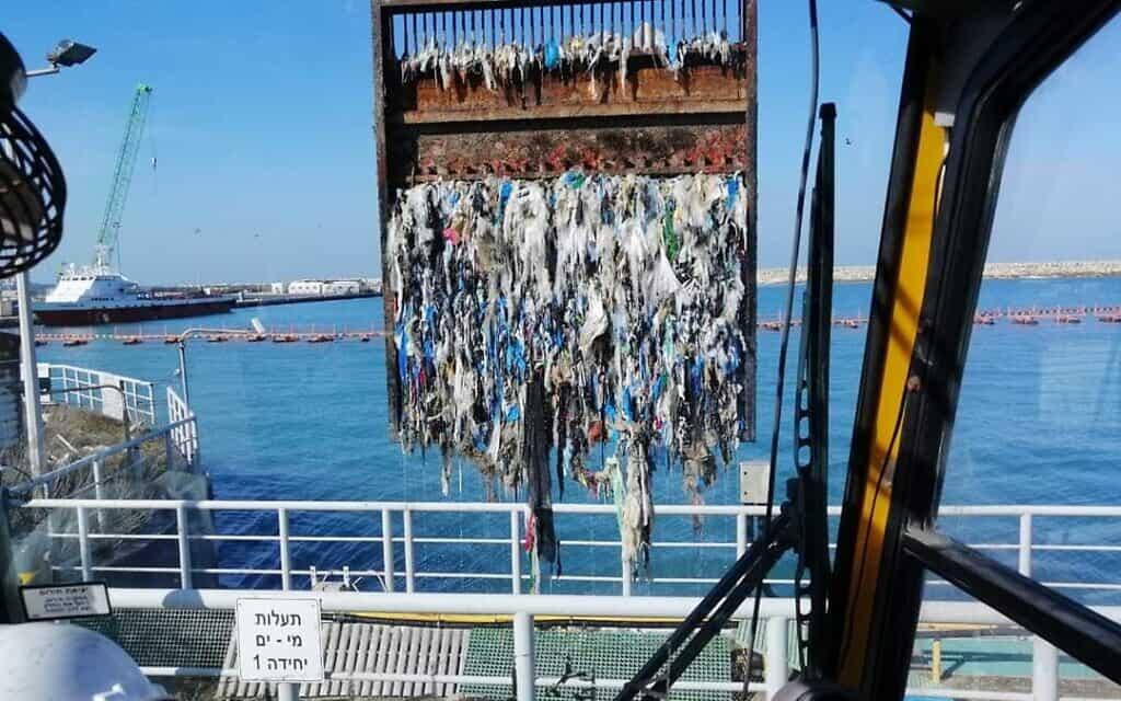 פסולת שהצטברה סביב המשאבות של תחנות הכוח בחדרה ובאשקלון (צילום: יוסי לאון, חברת החשמל)