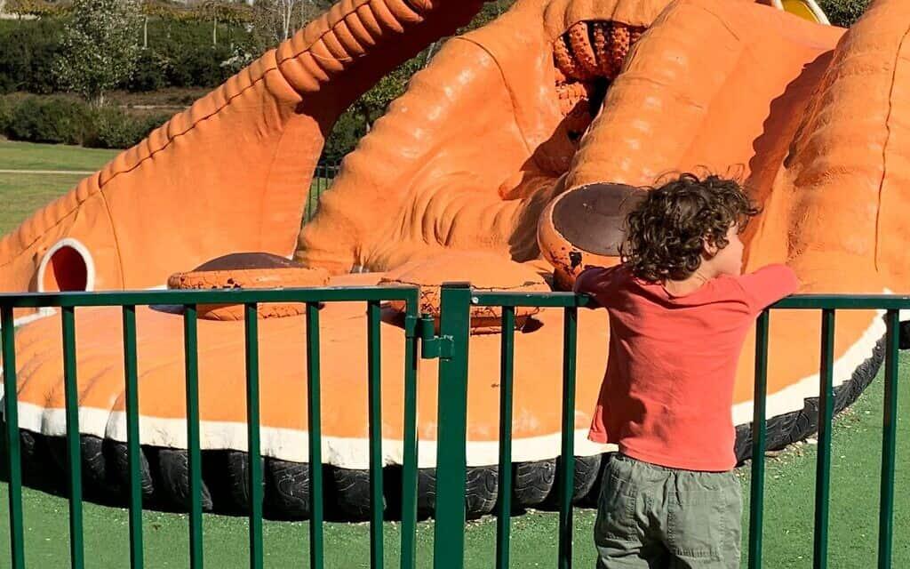 מתקן שעשועים סגור לשימוש בפארק אריאל שרון (צילום: אבנר הופשטיין)