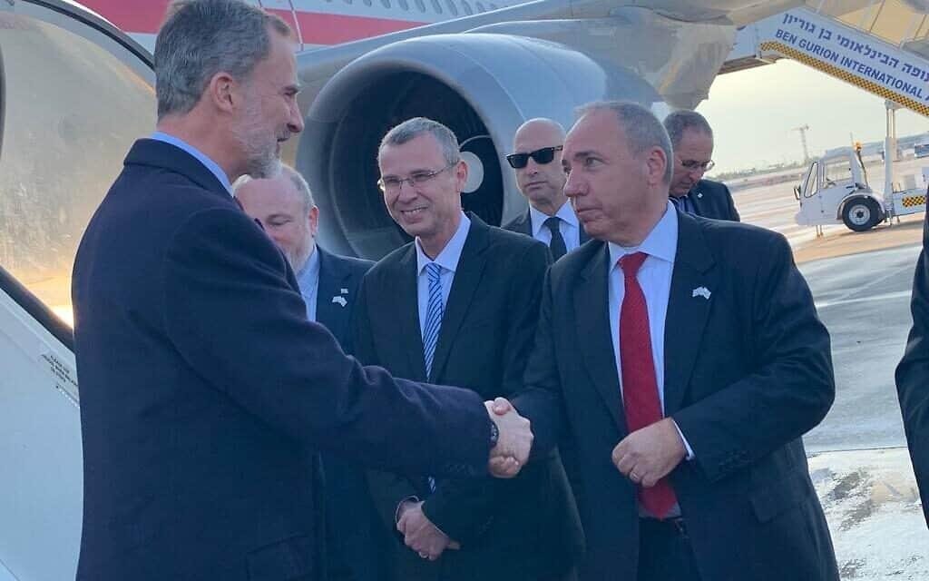 """פליפה השישי, מלך ספרד מתקבל בנמל התעופה בן-גוריון על ידי השר יריב לוין ומנכ""""ל משרד חוץ יובל רותם, היום (צילום: משרד החוץ)"""