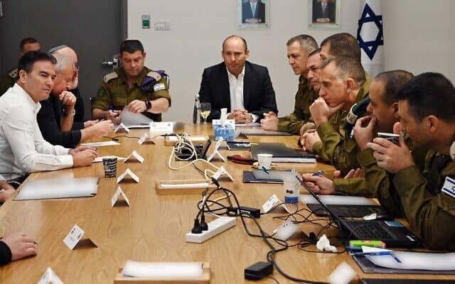 """שר הביטחון נפתלי בנט בישיבה עם המטכ""""ל בעקבות חיסול קסאם סולימאני (צילום: תקשורת שר הביטחון)"""