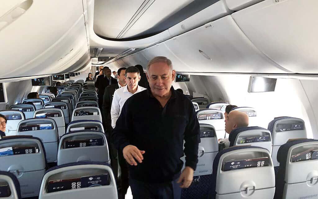 בנימין נתניהו, בלבוש קז׳ואל, בטיסה בחזרה לישראל מיוון. 3 בינואר 2020 (צילום: שלום ירושלמי/זמן ישראל)