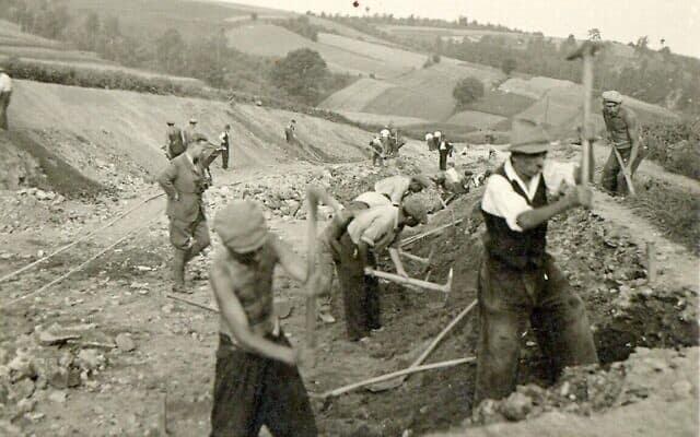 קבוצות עבודה יהודיות שעבדו תחת פיקודו של הלמוט קלייניקה זכו לתנאים טובים הרבה יותר; הוא עזר לרבים מעובדיו להימלט משילוח למחנות וממוות בטוח (צילום: באדיבות יוטה שפצק/מועצת הסעד היהודית בגרמניה)
