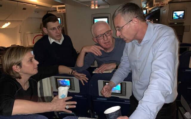 יריב לוין עם שלום ירושלמי, אבי בלום ודנה ויס במטוס ראש הממשלה לוושינגטון. 26 בינואר 2020 (צילום: מיכל גרסטלר)