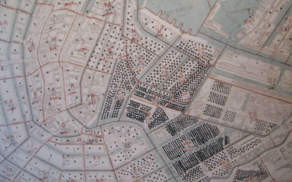 מפה של אמסטרדם שהוכנה ב-1941 על ידי הרשות המקומית. כל נקודה מייצגת עשרה יהודים (צילום: רשות הציבור)