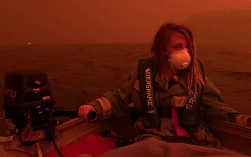 אליסון מריון צילמה את בנה בן ה-11 במהלך בריחה בסירה משריפה בעיירה שלהם ויקטוריה, אוסטרליה (צילום: אליסון מריון)