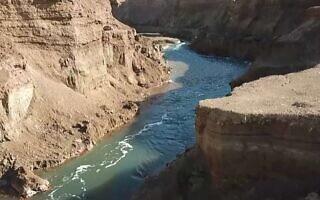 ״הנהר הסודי״ בים המלח (צילום: צילום מסך, כאן 11)
