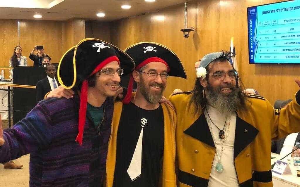 מפלגת הפיראטים מגישה את רשימתה לכנסת ה-23 (צילום: ראול ווטליף/זמן ישראל)