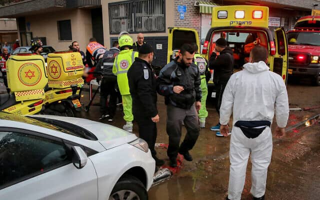 כוחות הצלה ליד הבניין שבו טבעו למוות דין שושני וסתיו הררי (צילום: פלאש 90)