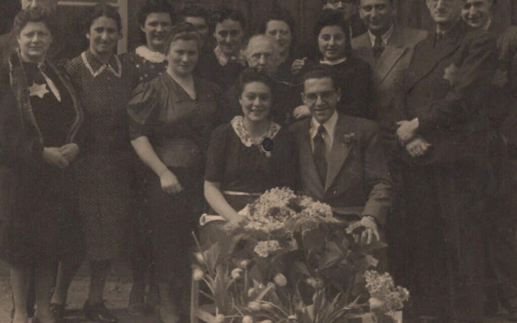 הזוג הטרי אדי דה וינד ופריידל דה וינד, יושבים, לאחר טקס הנישואים שלהם במחנה המעבר ההולנדי ווסטרברוק, מארס 1943. (צילום: באדיבות: מלצ'ר דה וינד)