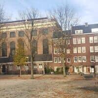 מתחם בית הכנסת הפורטוגזי באמסטרדם, שבו אולם התפילה מוקף במבנים קטנים יותר המשמשים למטרות שונות, 25 בנובמבר 2019 (צילום: מאט ליבוביץ')