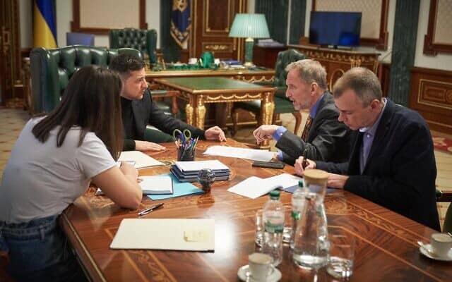 וולודימיר זלנסקי (שני משמאל) בראיון עם דיוויד הורוויץ (שני מימין), במשרדו של נשיא אוקראינה, ב-18 בינואר 2020 (צילום: Press service of the Office of the President of Ukraine)