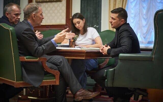 ולדימיר זלנסקי (מימין) בשיחה עם דיוויד הורוויץ (שני משמאל), עם מתורגמן ומזכירת העיתונות של הנשיא האוקראיני (צילום: Press service of the Office of the President of Ukraine)