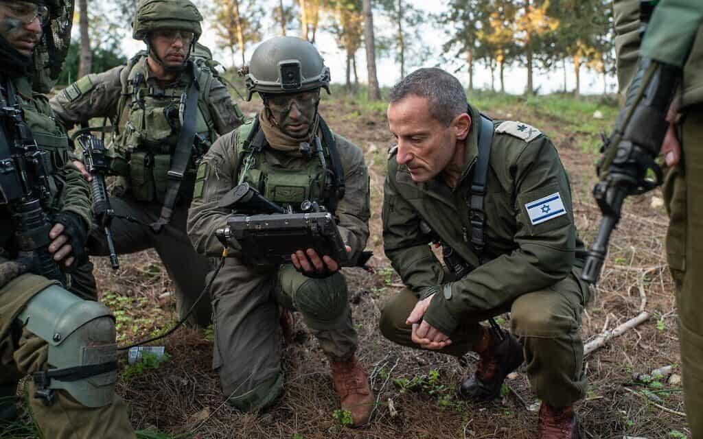 """אלוף פיקוד הצפון, אמיר ברעם, מבקר באימון של הצנחנים ללחימה בלבנון. (צילום: צילום: דובר צה""""ל)"""