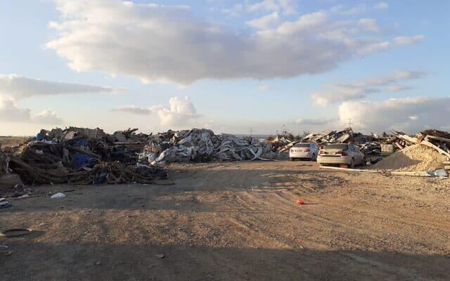 הריסות שנותרו משני בתים שנהרסו לאחרונה בפאתי הכפר א-זרנוג (צילום: ללא)
