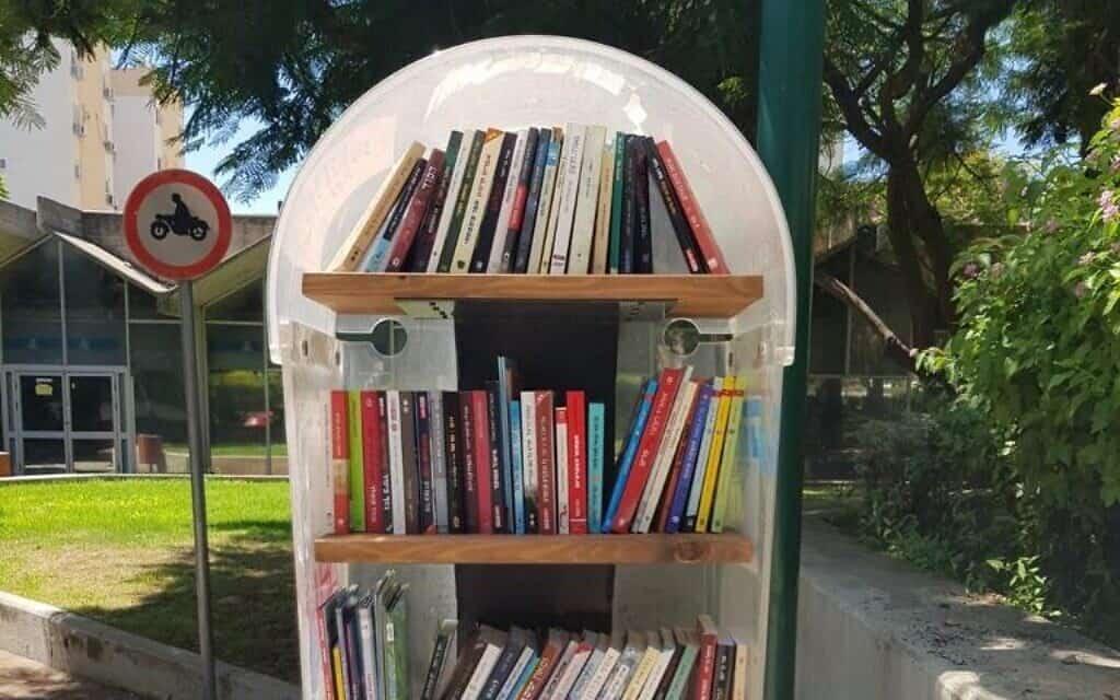 טלפון ציבורי שהפך לספריה
