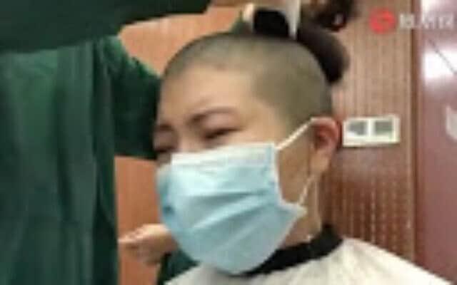 צילום מסך מתוך סרטון שפורסם בסין ובו אחיות מגלחות את שיער ראשן כדי לשמור על היגיינה בעת הטיפול בחולים שנדבקו בקורונה