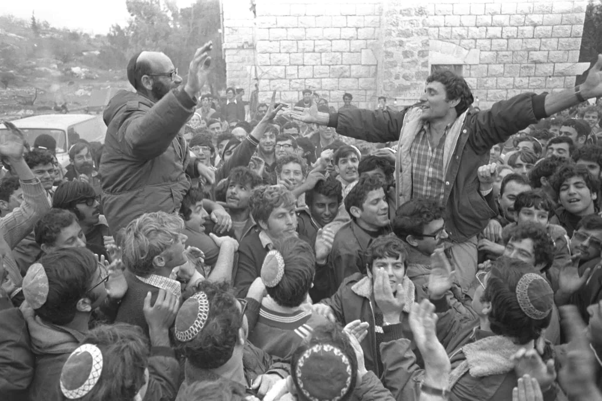 """חנן פורת ומשה לוינגר חוגגים עם תומכיהם ב-1975 (צילום: משה מילנר / לע""""מ)"""