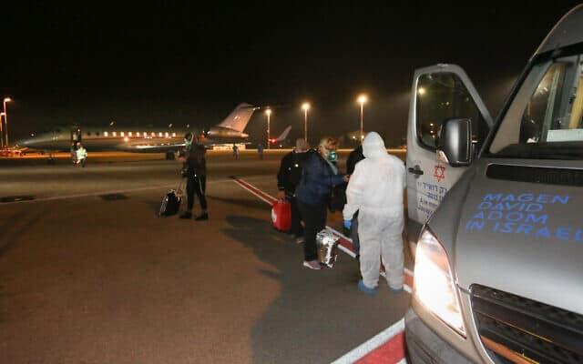 """מטיילים ישראלים ששבו לישראל מספינת ה""""דיימונד פרינסס"""" עושים דרכם בנמל התעופה בן-גוריון, 21 בפברואר 2020 (צילום: דוברות מגן דוד אדום)"""