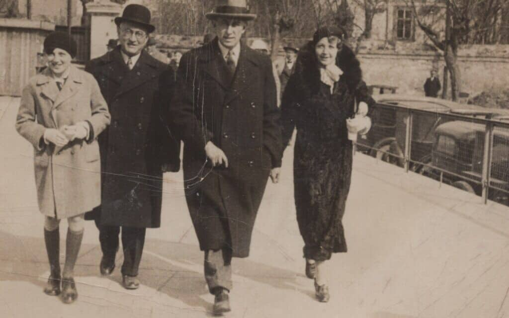 הנס נוימן הצעיר (משמאל) עם דודו ריכרד נוימן והוריו אוטו ואלה נוימן (צילום: באדיבות אריאנה נוימן)