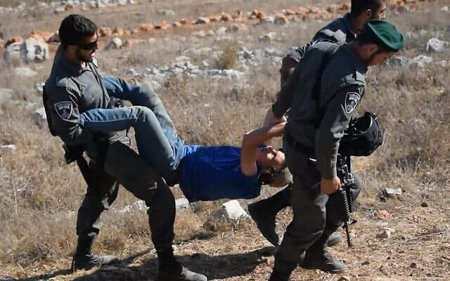 חיילי משמר הגבול בעת פינוי מאחז ביתי חוקי בגדה המערבית (צילום: באדיבות זמן אמת, כאן 11)