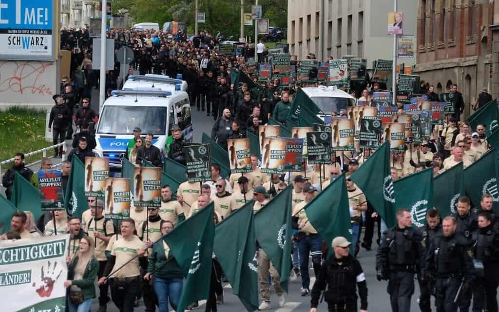 תומכי ימין קיצוני ונאו-נאצים צועדים בפלאוון שבמזרח גרמניה. מאי 2019 (צילום: (סבסטיאן וילנאו/AFP/ DPA באמצעות Getty Images))