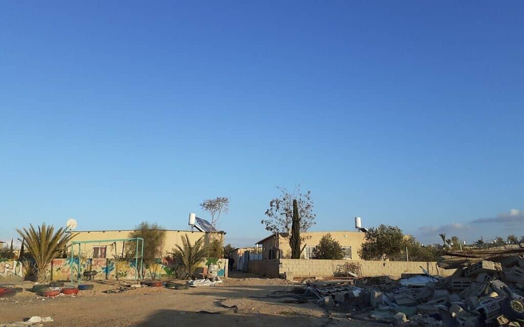 מוחמד אבו קוידר בחצר ביתו בכפר א-זרנוג (צילום: עומר שרביט)
