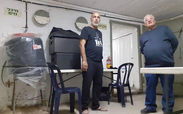 מימין רוני אזולאי, מדריך במקלט לדרי רחוב, משמאל דוד בן ישי, אורח במקום (צילום: עומר שרביט)