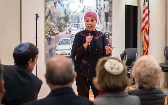 אמל אלסאנע אלחג'וג' במפגש עם פעילים יהודים (צילום: INF)
