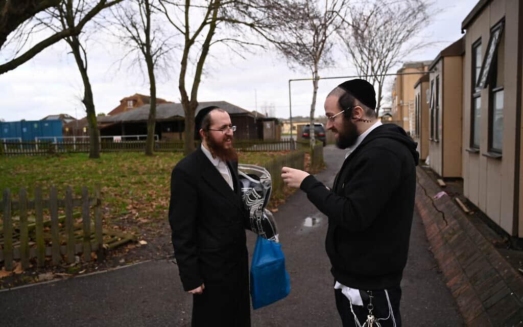 יעקב גרוס, מימין, מדבר עם תושב קאנווי איילנד מחוץ לבית הכנסת של העיר, 13 בדצמבר 2019 (צילום: כנען ליפשיץ)