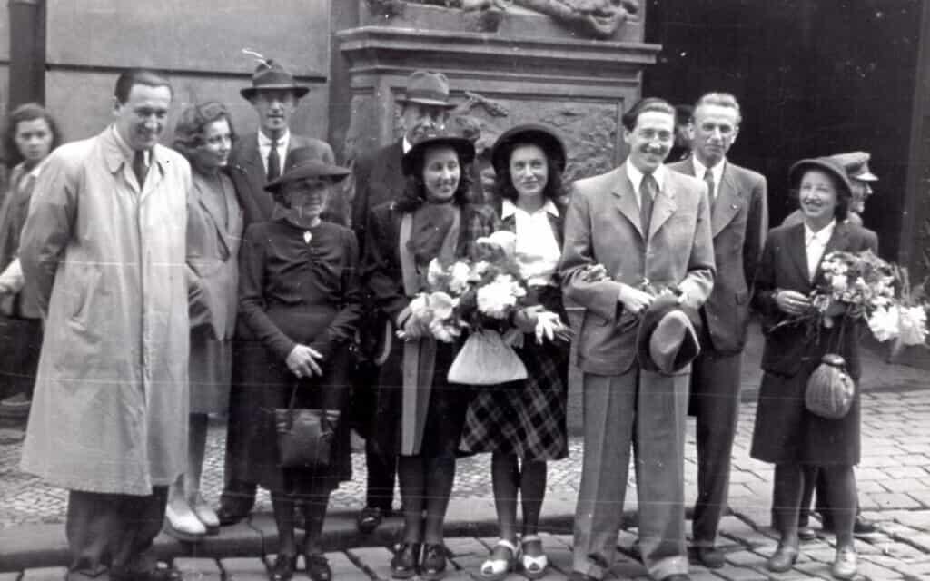 חתונתו של הנס נוימן (שלישי מימין) עם אשתו הראשונה מילה (רביעית מימין) בפראג, 2 ביוני 1945. בקצה משמאל עומד אחיו של הנס, לוטאר, ואשתו זדנקה עומדת לצדה של מילה (צילום: באדיבות אריאנה נוימן)