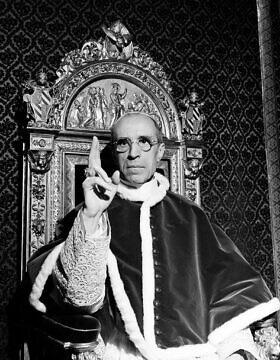 האפיפיור פיוס ה-12, שעונד את טבעת פטרוס הקדוש, מרים את ידו הימנית בברכה אפיפיורית בוותיקן, ספטמבר 1945 (צילום: AP, ארכיון)